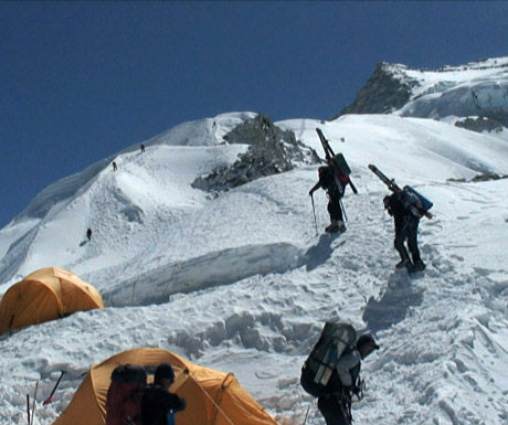 Everest-assent-with-skis